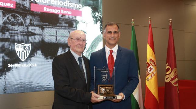 El fotógrafo de ABC de Sevilla Juan José Úbeda recibió el Premio Ruesga Bono (Foto: Vanessa Gómez)