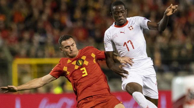 El belga Vermaelen trata de frenar el avance del jugador suizo Zakaria (Foto: EFE)