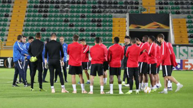 Los jugadores del Sevilla, ayer, junto antes de empezar el entrenamiento en el estadio del Akhisar (Efe)