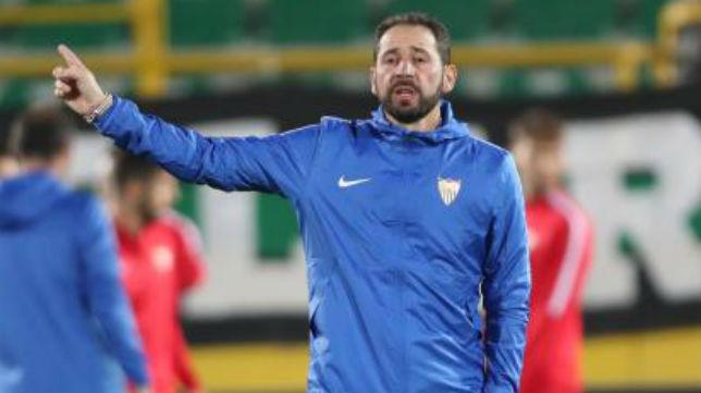 Machín da indicaciones a sus jugadores ayer en Turquía (Efe)