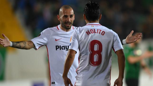Aleix Vidal felicita a Nolito por su gol en el Akhisar-Sevilla (AFP)