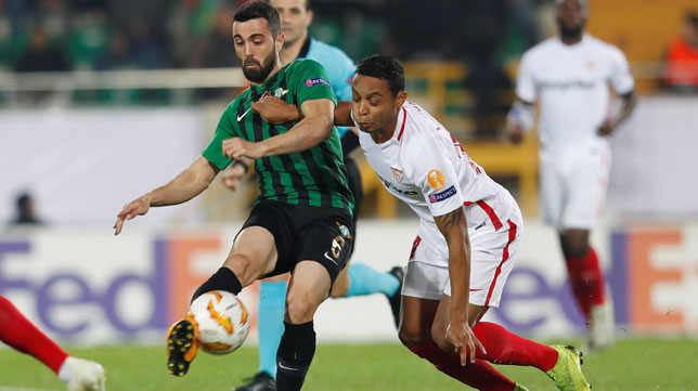 Muriel pugna por un balón en el Akhisar-Sevilla (Reuters)