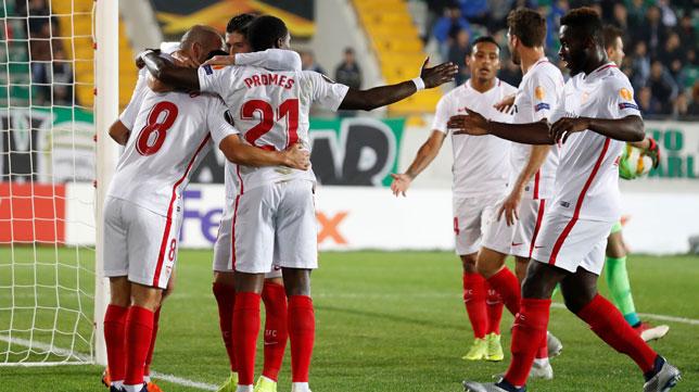 Varios jugadores acuden a felicitar a Nolito por su gol en el Akhisar-Sevilla (Reuters)