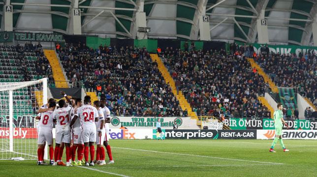 Varios jugadores celebran el 0-1 en el Akhisar-Sevilla (Reuters)