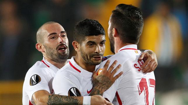 Aleix Vidal y Sarabia abrazan a Banega tras el gol de penalti del argentino ante el Akhisar (Foto: Reuters)