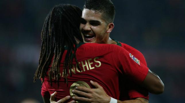André Silva celebra con Renato Sanches su gol con Portugal a Polonia este martes