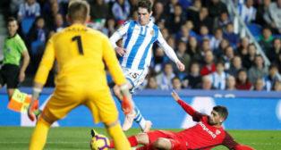 Banega ayuda en defensa en el duelo entre el Sevilla y la Real Sociedad (Efe)