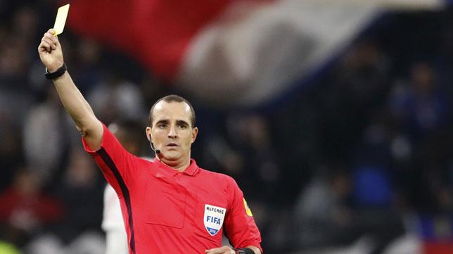 El árbitro internacional francés Benoit Millot (AFP)