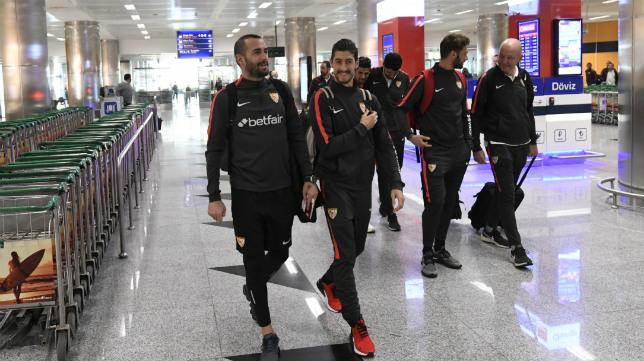 Aleix Vidal y Escudero, en el aeropuerto de Esmirna (Foto: Sevilla FC)