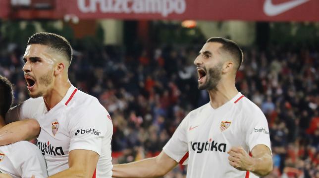 Gonalons (d) celebra junto a André Silva el gol de Ben Yedder que dio la victoria al Sevilla sobre el Espanyol (Foto: Raúl Doblado)