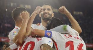 Maxime Gonalons celebra junto a sus compañeros el tanto de Ben Yedder que le dio la victoria al Sevilla sobre el Espanyol (Foto: Raúl Doblado)