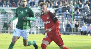 Javi Vázquez, de la cantera del Sevilla, en el partido de la Copa con el Villanovense