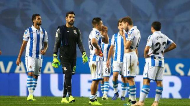 Varios jugadores de la Real Sociedad, tras el encuentro ante el Girona en Anoeta (Foto: El Diario Vasco)