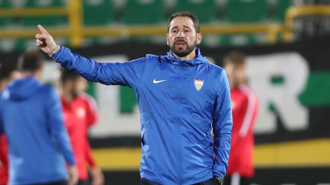 Pablo Machín dirige un entrenamiento del Sevilla en el Akhisar Arena (EFE)