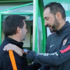 Pablo Machín saluda a Julio Cobos antes del Villanovense-Sevilla (LOF)