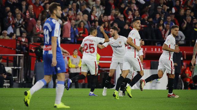 Mercado celebra su gol con Sergi Gómez, André Silva y Carriço, en el Sevilla-Espanyol (Raúl Doblado)