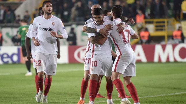 Franco Vázquez, Aleix Vidal, Banega y Sarabia, en el Akhisar-Sevilla (AFP)