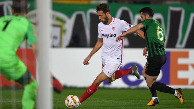 El 'Mudo' Vázquez, en una acción del Akhisar-Sevilla FC (Foto: AFP)