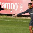 Nolito y Muriel se saludan en el partidillo amistoso ante el Sevilla Atlético (Foto: SFC)