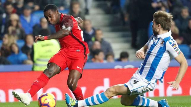 Promes remata a portería en el partido del Sevilla ante la Real Sociedad (Efe)