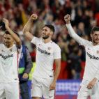 Navas, Sergi Gómez, Escudero y Banega celebran la victoria del Sevilla sobre el Espanyol por 2-1 (AFP)