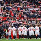 Los jugadores del Sevilla FC, antes del partido ante el Girona (J. M. Serrano)