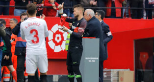 Vaclik recibe el premio a mejor jugador de noviembre de LaLiga Santander (J. M. Serrano)