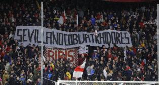 Pancarta de la afición del Sevilla contra la posible venta (J. M. Serrano)