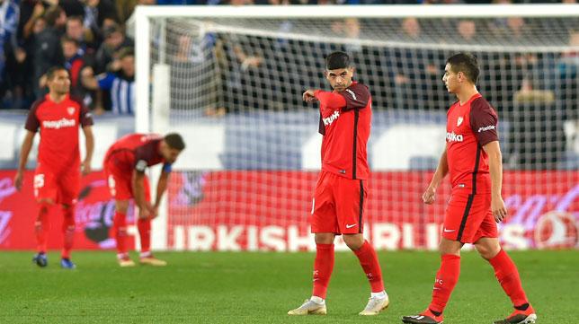 Banega y Ben Yedder, cabizbajos tras el 1-0 del Alavés al Sevilla (AFP)