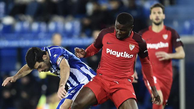Amadou pugna con Manu García durante el Alavés-Sevilla (Foto: J. M. Serrano Arce/ABC)