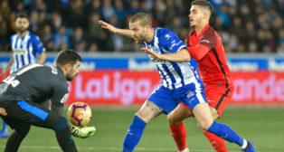 André Silva pugna con Laguardia en el Alavés-Sevilla (AFP)