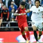 Banega y Parejo, en el Valencia-Sevilla (AFP)