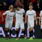 Ben Yedder es felicitado por sus compañeros tras marcar en el Sevilla-Krasnodar (Foto: J. M. Serrano)