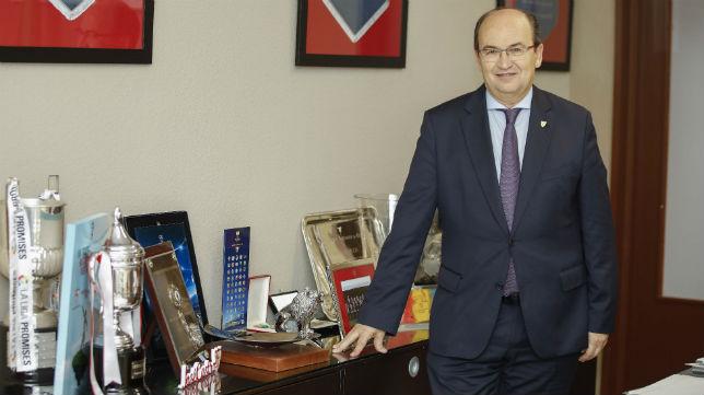 El presidente del Sevilla, José Castro, en su despacho en el Sánchez-Pizjuán (Raúl Doblado)