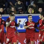 Los jugadores del Sevilla FC celebran el tanto de Ben Yedder ante el Alavés (Foto: J. M. Serrano Arce/ABC)