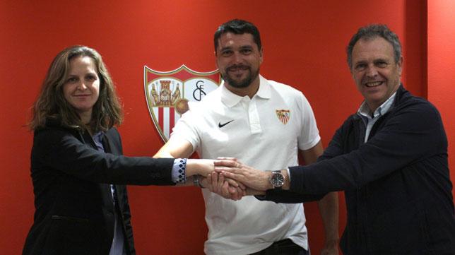 Cristian Toro, en el centro, técnico del Sevilla Femenino