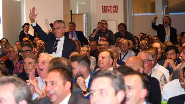 Eduardo Arenas y otros accionistas, en la junta de accionistas 2018 del Sevilla (Juan José Úbeda)