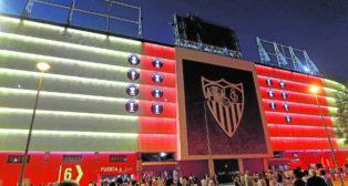 Fachada iluminada de Gol Sur del Sánchez-Pizjuán (Foto: Raúl Doblado)