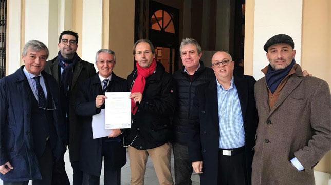 Eduardo Arenas y sus compañeros de las diferentes plataformas, esta mañana en el Ayuntamiento