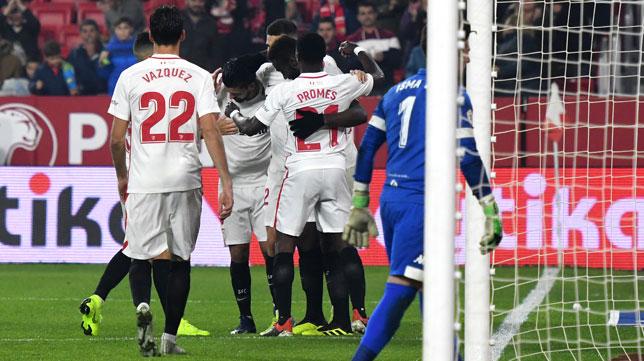 Los jugadores del Sevilla FC celebran el gol ante el Villanovense (J. J. Úbeda)