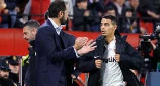 Pablo Machín aplaude a Ben Yedder al salir el francés del campo (J. M. Serrano)
