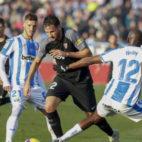Franco Vázquez es agarrado en falta por Nyom durante el Leganés-Sevilla (Foto: LaLiga).