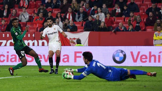 Nolito dispara a portería durante el Sevilla-Villanovense (J.J. Úbeda)