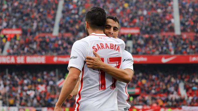 Sarabia y Ben Yedder celebran el 2-0 en el Sevilla-Girona (J. M. Serrano)