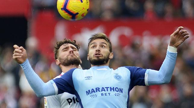 Portu y Sergi Gómez disputan un balón en el Sevilla-Girona (AFP)