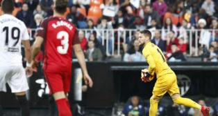 Vaclik, con el balón en sus manos en el choque de Mestalla ante el Valencia (Foto: LaLiga)