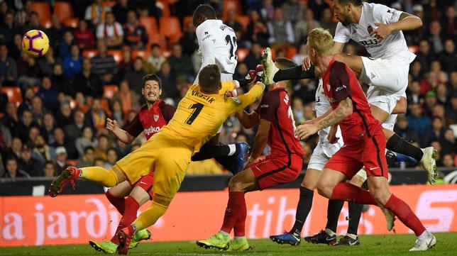 Acción del partido en la que el Valencia empata ante el Sevilla (AFP)