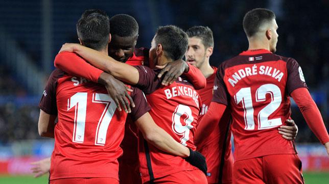 Los jugadores del Sevilla celebran el gol de Ben Yedder en Vitoria