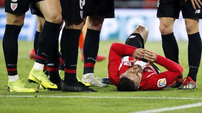 Aduriz, en suelo, tras lesionarse en el Athletic-Sevilla (EFE)