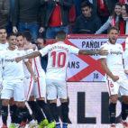 Los jugadores del Sevilla FC celebran el gol de Ben Yedder que hacía el 1-0 ante el Atlético (Foto: AFP).